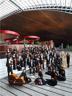 """国家大剧院管弦乐团:""""时代先声""""大卫·罗伯逊与黄心芸、奥莉·沙汉姆演绎亚当斯、施尼特凯、伯恩斯坦与斯特拉文斯基音乐会"""